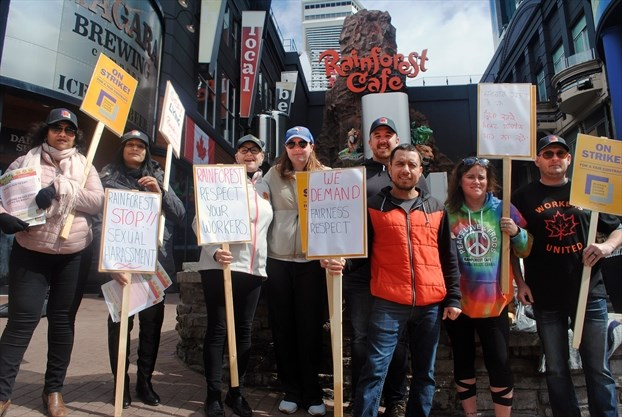 Rainforest Café workers on strike in Niagara Falls
