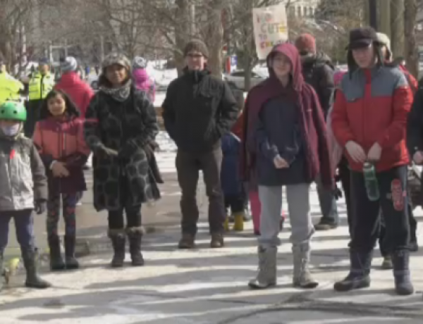 'We are on teachers' side,' Parents rally in support of Ontario teachers